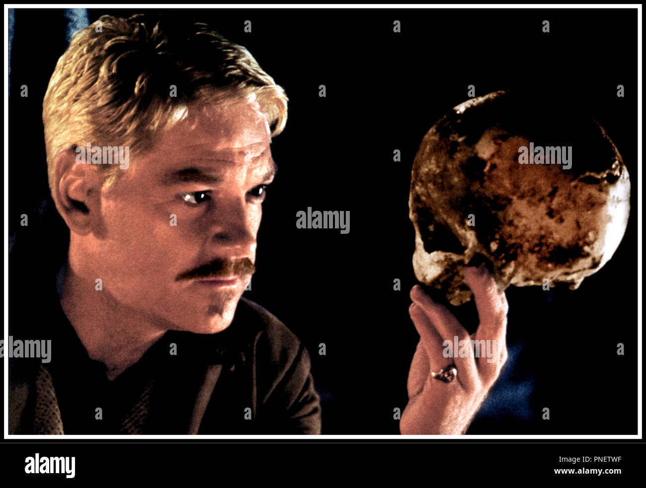Prod DB © Castle Rock Ent. / DR HAMLET (HAMLET) de Kenneth Branagh 1997 GB / USA avec Kenneth Branagh crane humain, squelette, face a face, to be or not to be d'apres la piece de theatre de William Shakespeare Stock Photo