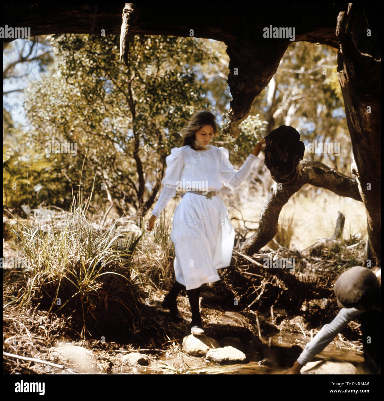 Prod DB © McElroy & McElroy / DR PICNIC A HANGING ROCK (PICNIC AT HANGING ROCK) de Peter Weir 1975 AUS avec Anne-Louise Lambert decouverte, roches, randonnee, grotte d'apres le roman de Joan Lindsay Stock Photo
