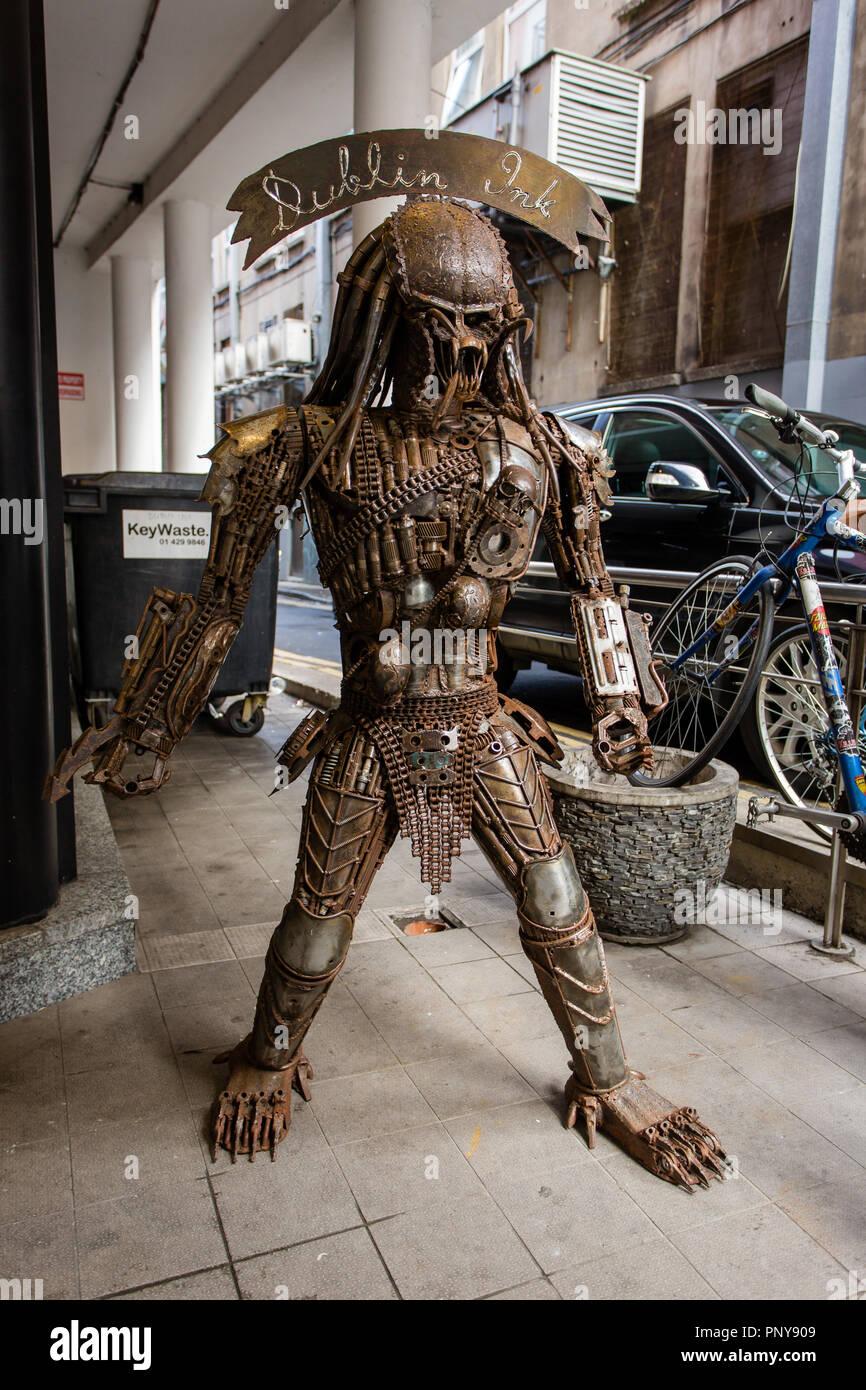 metal-predator-sculpture-the-fictional-c