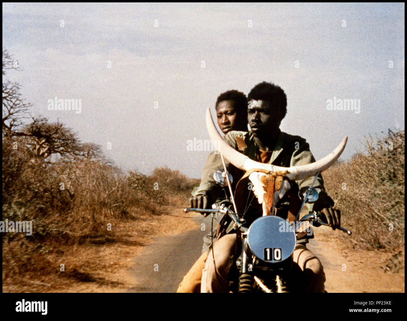 Prod DB © Cinegrit - Studio Kankourama / DR TOUKI-BOUKI (TOUKI BOUKI) de Djibril Diop Mambety 1973 SENEGAL avec Mareme Niang et Magaye Niang moto, brousse, couple, cornes, crane autre titre: Le Voyage de la hyene, Journey of the HyenaStock Photo