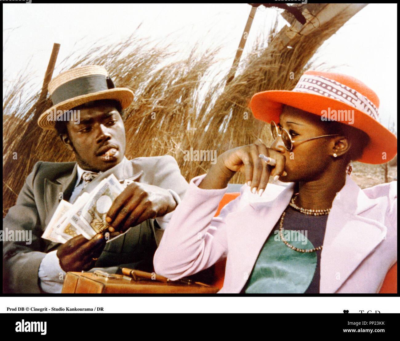 Prod DB © Cinegrit - Studio Kankourama / DR TOUKI-BOUKI (TOUKI BOUKI) de Djibril Diop Mambety 1973 SENEGAL avec Magaye Niang et Mareme Niang frime, billets de banque, fume cigarette, canotier autre titre: Le Voyage de la hyene, Journey of the HyenaStock Photo