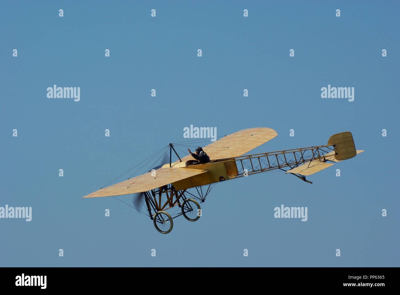 flying-bleriot-xi-replica-built-in-sweden-by-mikael-carlsson-pioneer-flying-machine-by-louis-bleriot-from-the-early-days-of-flight-blue-sky-PP6365.jpg