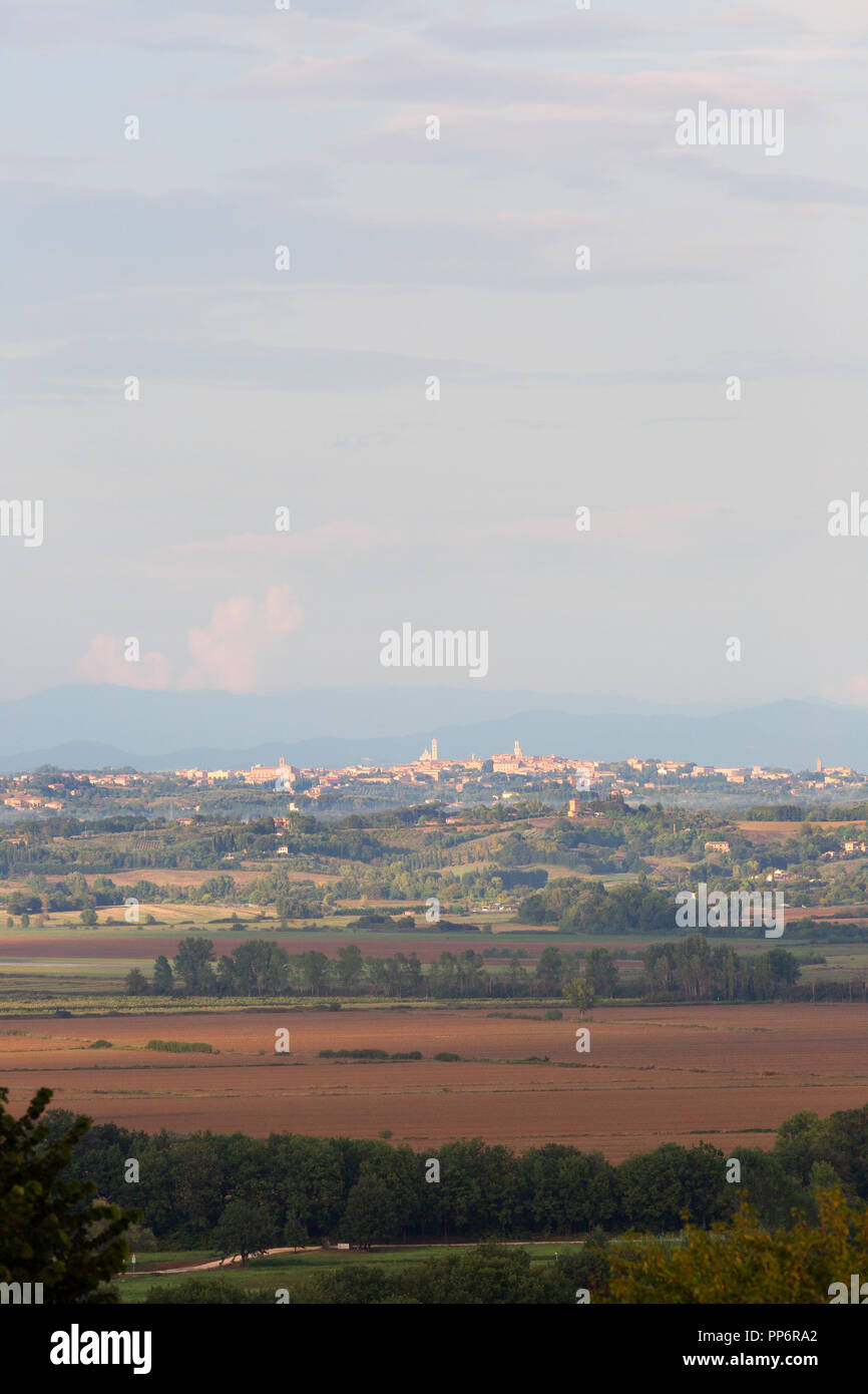 tuscany-landscape-looking-towards-the-city-of-siena-in-the-distance-siena-tuscany-italy-europe-PP6RA2.jpg