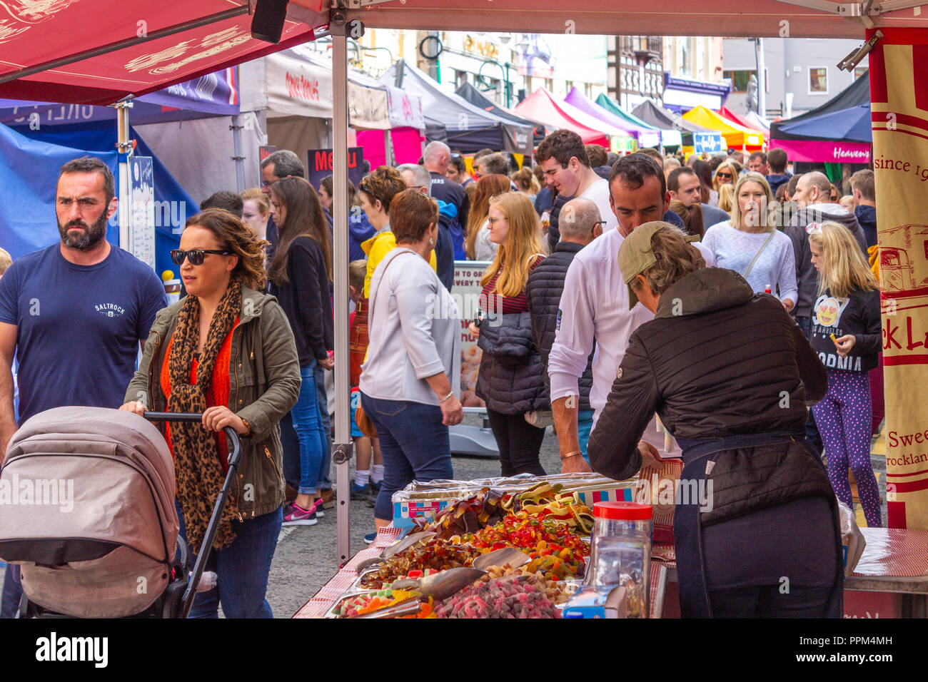 taste-of-west-cork-outdoor-food-festival-attracts-crowds-of-shoppers-skibbereen-west-cork-ireland-PPM4MH.jpg