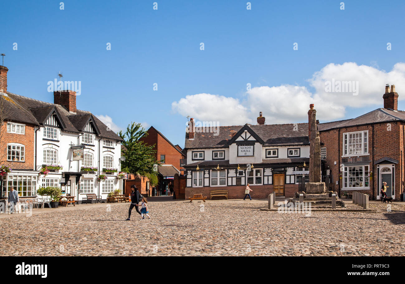 the-ancient-cobbled-market-square-in-the-cheshire-market-town-of-sandbach-with-the-saxon-crosses-in-the-background-on-the-cobble-stones-england-uk-PRT9C3.jpg