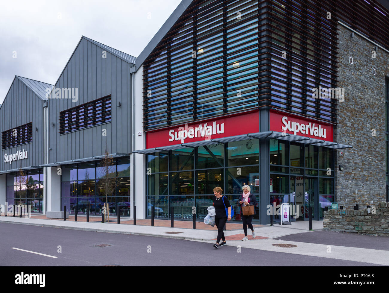 shoppers-leaving-a-supervalu-supermarket-or-retail-store-in-bantry-west-cork-ireland-PT0AJ3.jpg