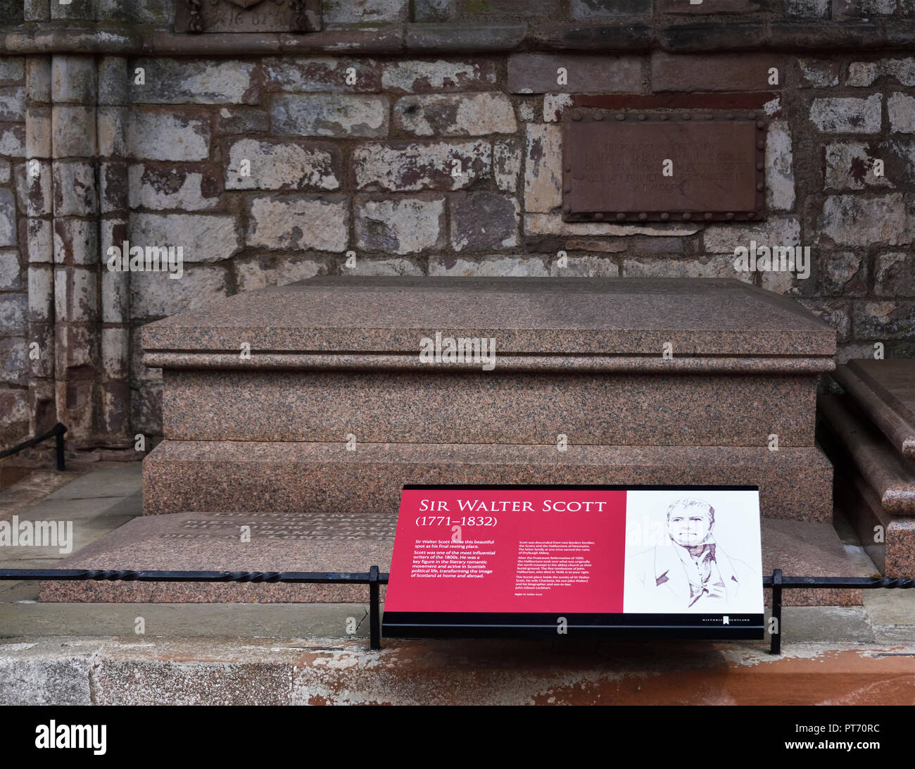 grave-of-sir-walter-scott-dryburgh-abbey-dryburgh-stboswells-roxburghshire-scottish-borders-scotland-united-kingdom-europe-PT70RC.jpg