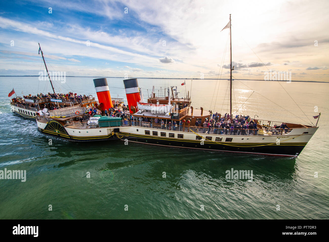 paddle-steamer-waverley-approaching-southend-pier-on-the-thames-estuary-with-passengers-ready-to-disembark-and-to-collect-further-day-trippers-space-for-copy-PT7DR3.jpg