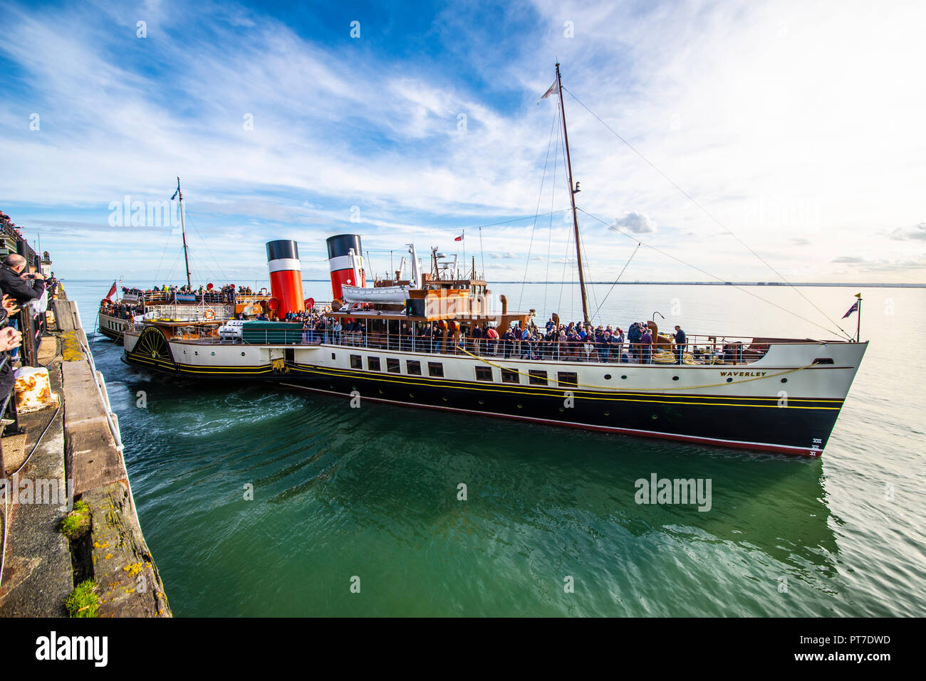 paddle-steamer-waverley-pulling-away-from-southend-pier-on-the-thames-estuary-with-passengers-heading-towards-london-space-for-copy-PT7DWD.jpg