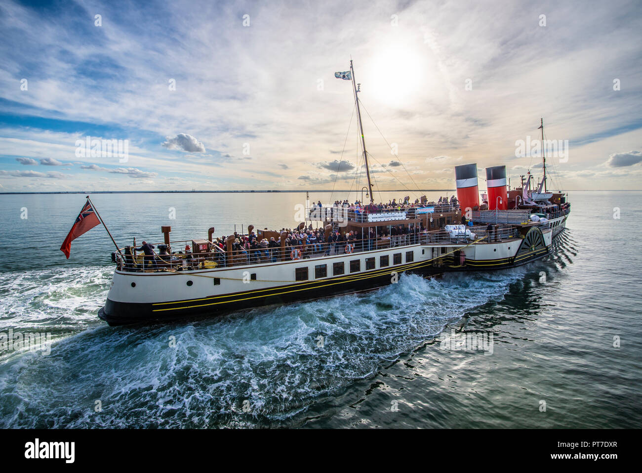 paddle-steamer-waverley-pulling-away-from-southend-pier-on-the-thames-estuary-with-passengers-heading-towards-london-space-for-copy-PT7DXR.jpg