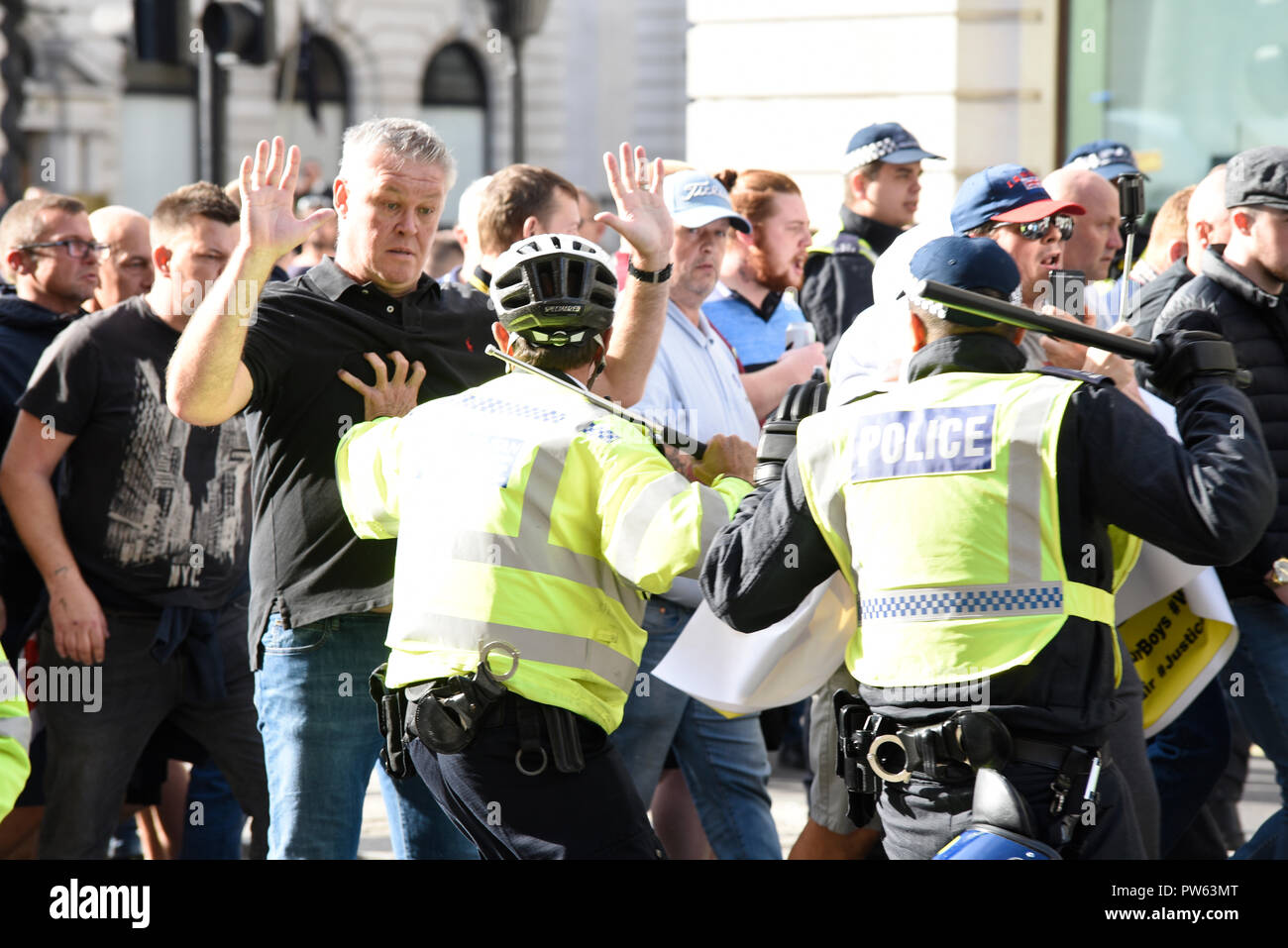 democratic-football-lads-alliance-dfla-marching-towards-parliament-london-in-protest-demonstration-marchers-broke-through-a-police-cordon-and-scuffles-took-place-PW63MT.jpg