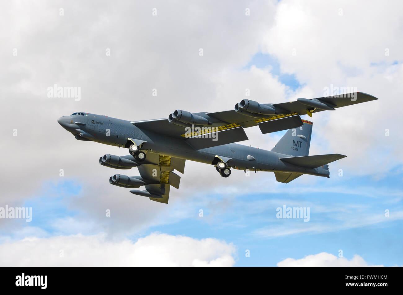boeing-b-52-stratofortress-jet-long-range-nuclear-strategic-bomber-plane-of-united-states-air-force-usaf-air-force-global-strike-command-landing-PWMHCM.jpg