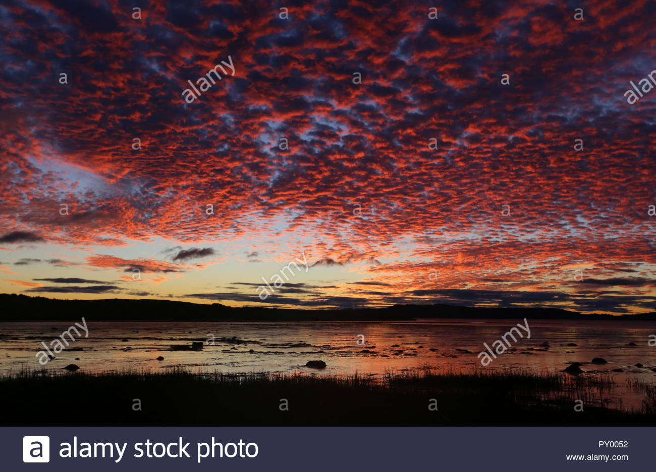 Dundee, UK. 25th October 2018. Sunrise over Tay Estuary, as dramatic start to another dry day in Tayside. Credit: Stephen Finn/Alamy Live News Stock Photo