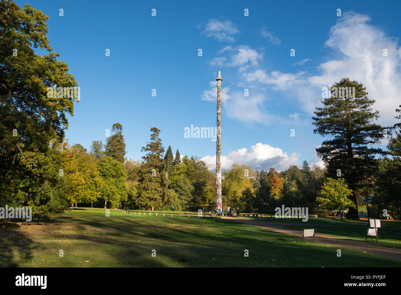 autumn-colours-and-landscape-with-the-totem-pole-at-virginia-water-lake-part-of-windsor-great-park-royal-park-crown-estate-in-surrey-uk-PYFJEF.jpg