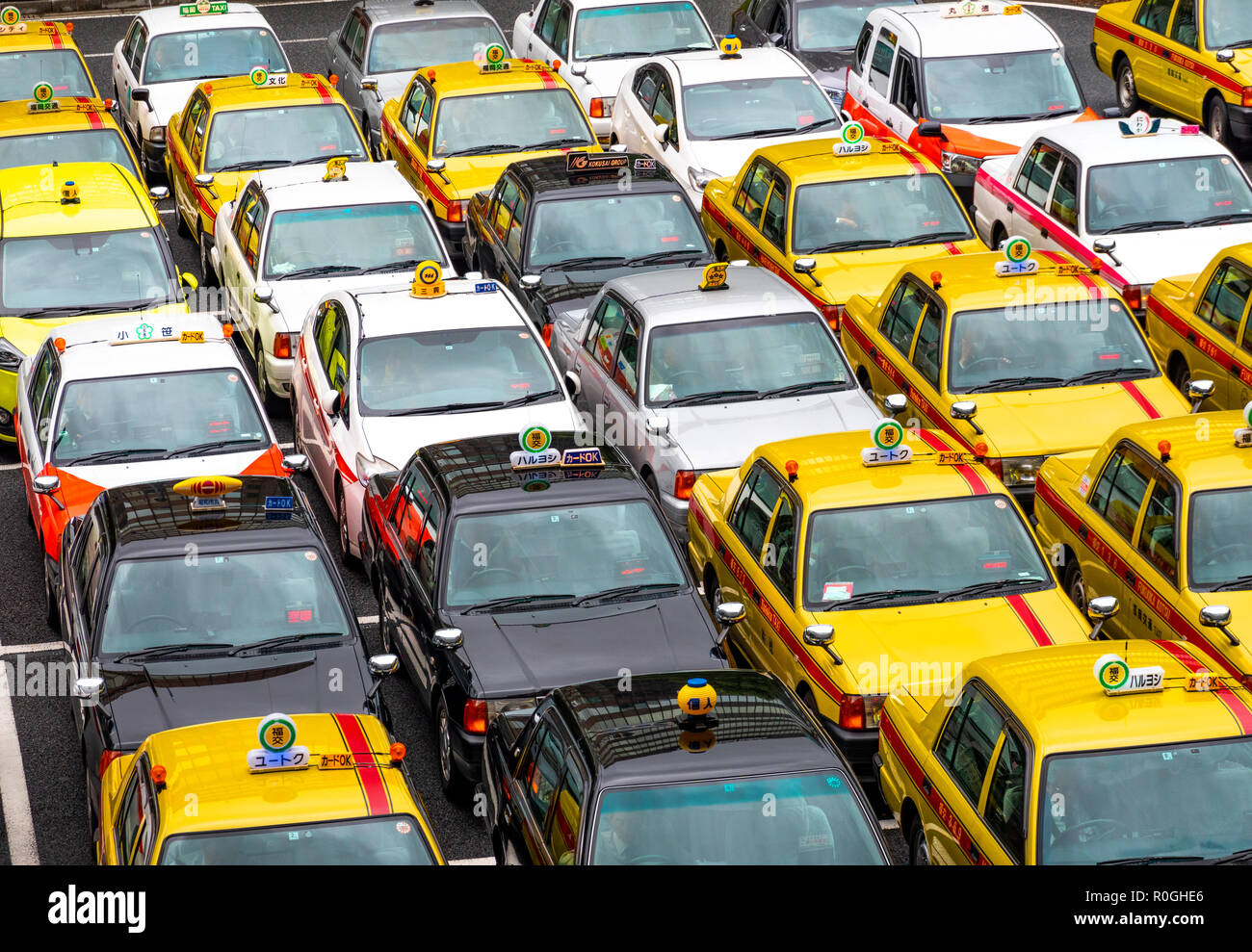 https://c7.alamy.com/comp/R0GHE6/japanese-taxis-in-front-of-fukuoka-hakata-station-waiting-for-passengers-R0GHE6.jpg