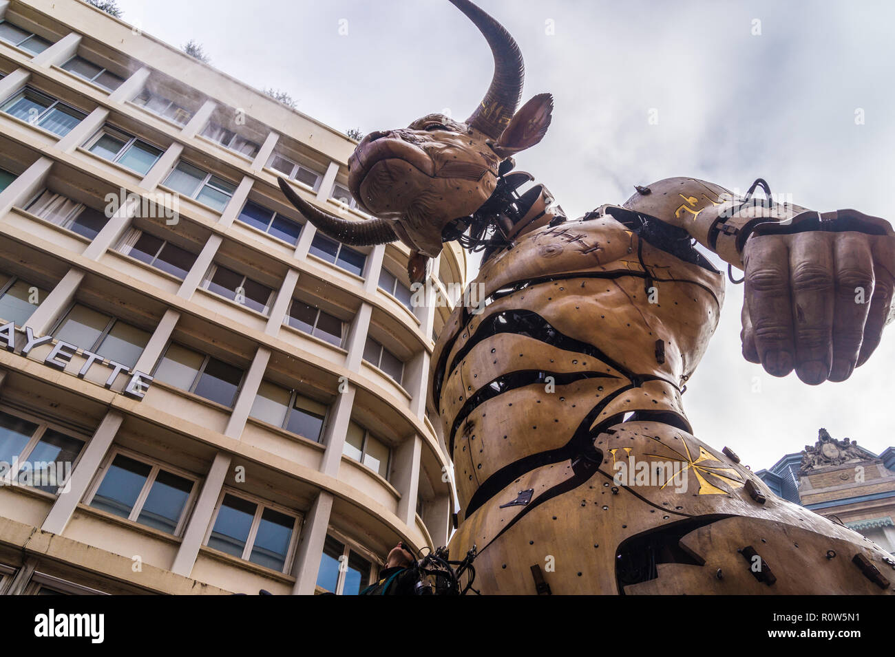 astrion-the-mechanical-minotaur-during-steampunk-show-le-gardien-du-temple-by-franois-delarozire-la-machine-toulouse-occitanie-france-R0W5N1.jpg