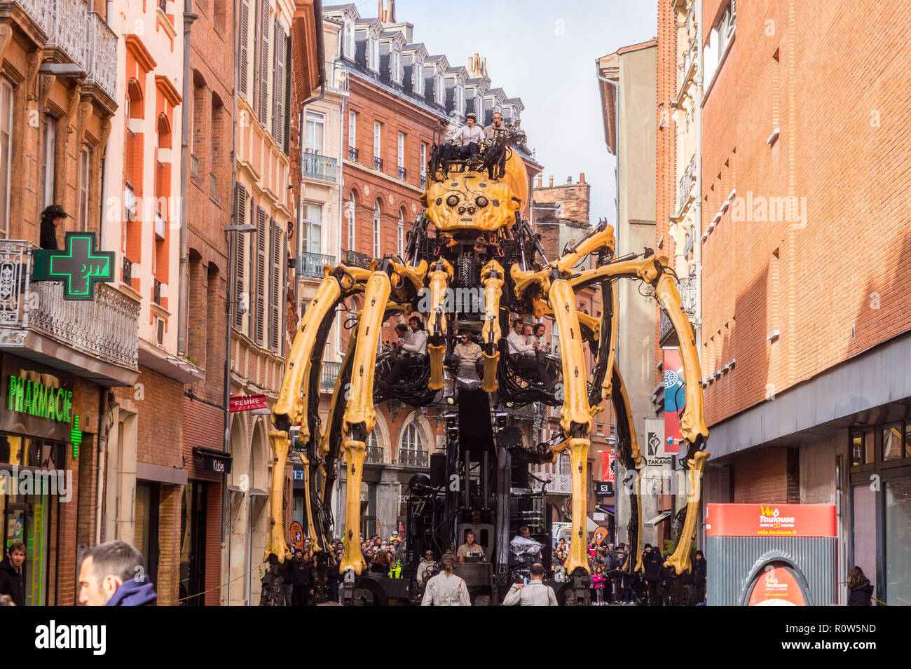 ariane-mechanical-spider-during-steampunk-show-le-gardien-du-temple-by-franois-delarozire-la-machine-capitole-toulouse-occitanie-france-R0W5ND.jpg
