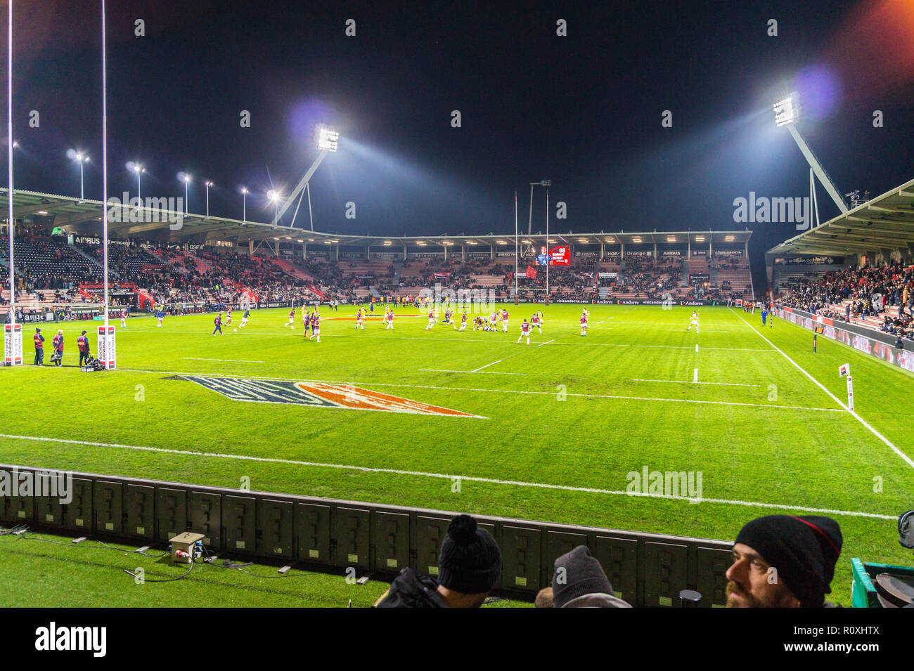 spectators-on-the-terraces-of-ernest-wallon-stadium-home-ground-of-stade-toulousain-rugby-union-team-toulouse-haute-garonne-occitanie-france-R0XHTX.jpg
