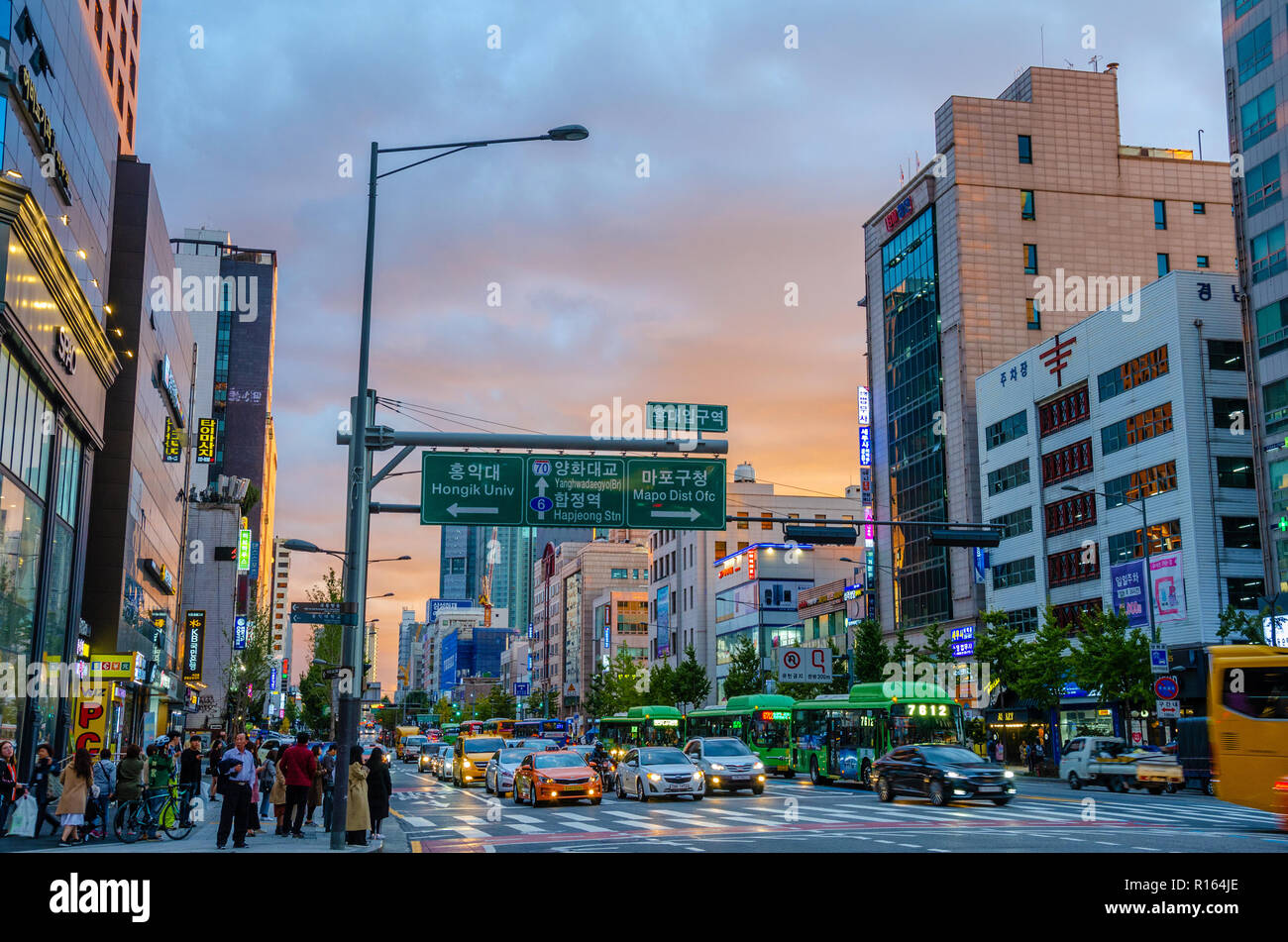 a-busy-street-scene-in-the-seogyo-dong-area-of-seoul-south-korea-at-sunset-R164JE.jpg