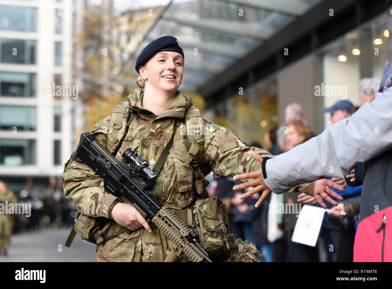 female-british-soldier-of-the-royal-yeomanry-in-the-lord-mayors-show-parade-london-uk-2018-military-army-R19MT8.jpg