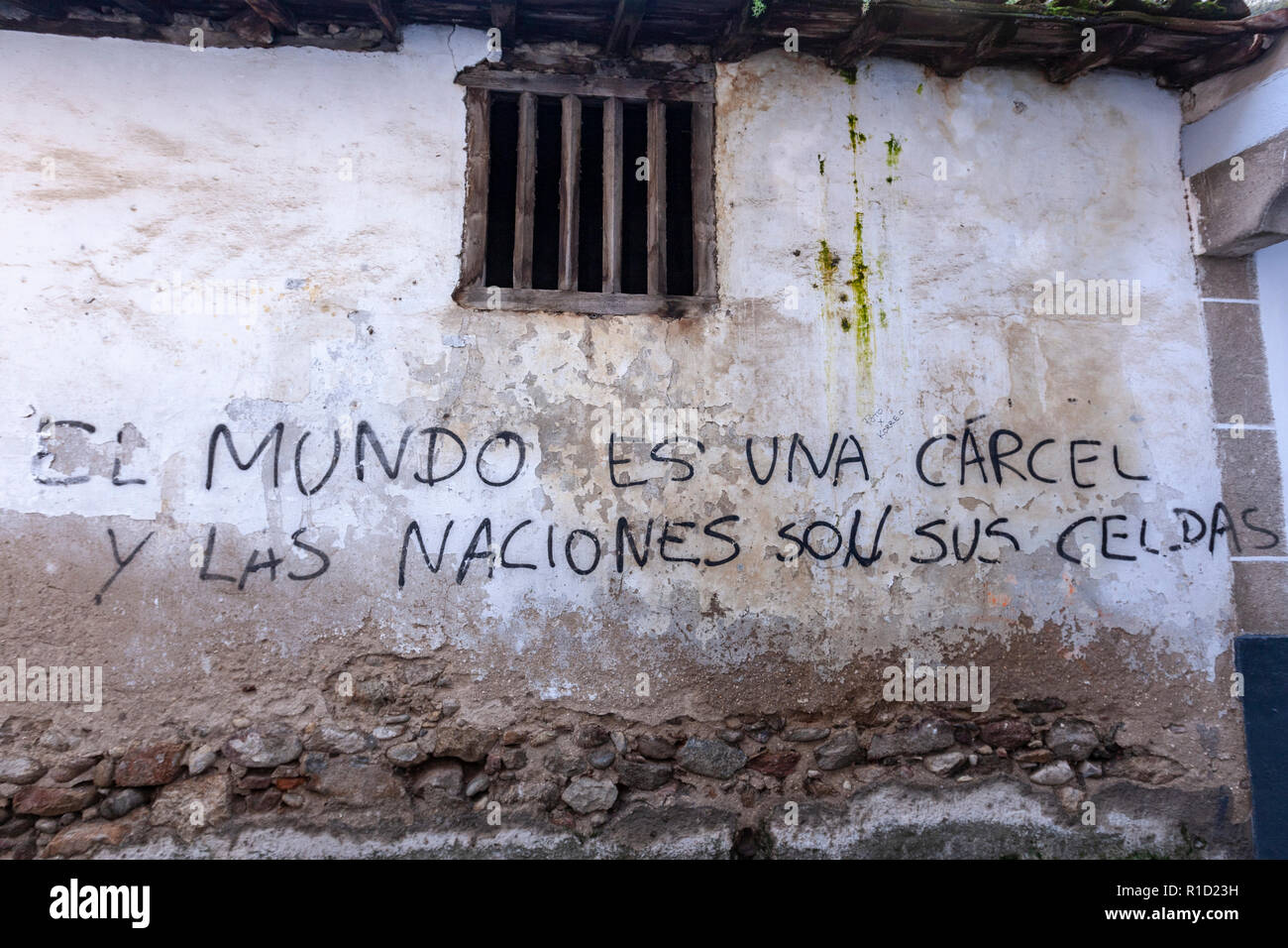 Revolutionary slogan, El mundo es una carcel y las naciones son sus celdas, painted in a wall in Hervas, Extremadura, Spain Stock Photo
