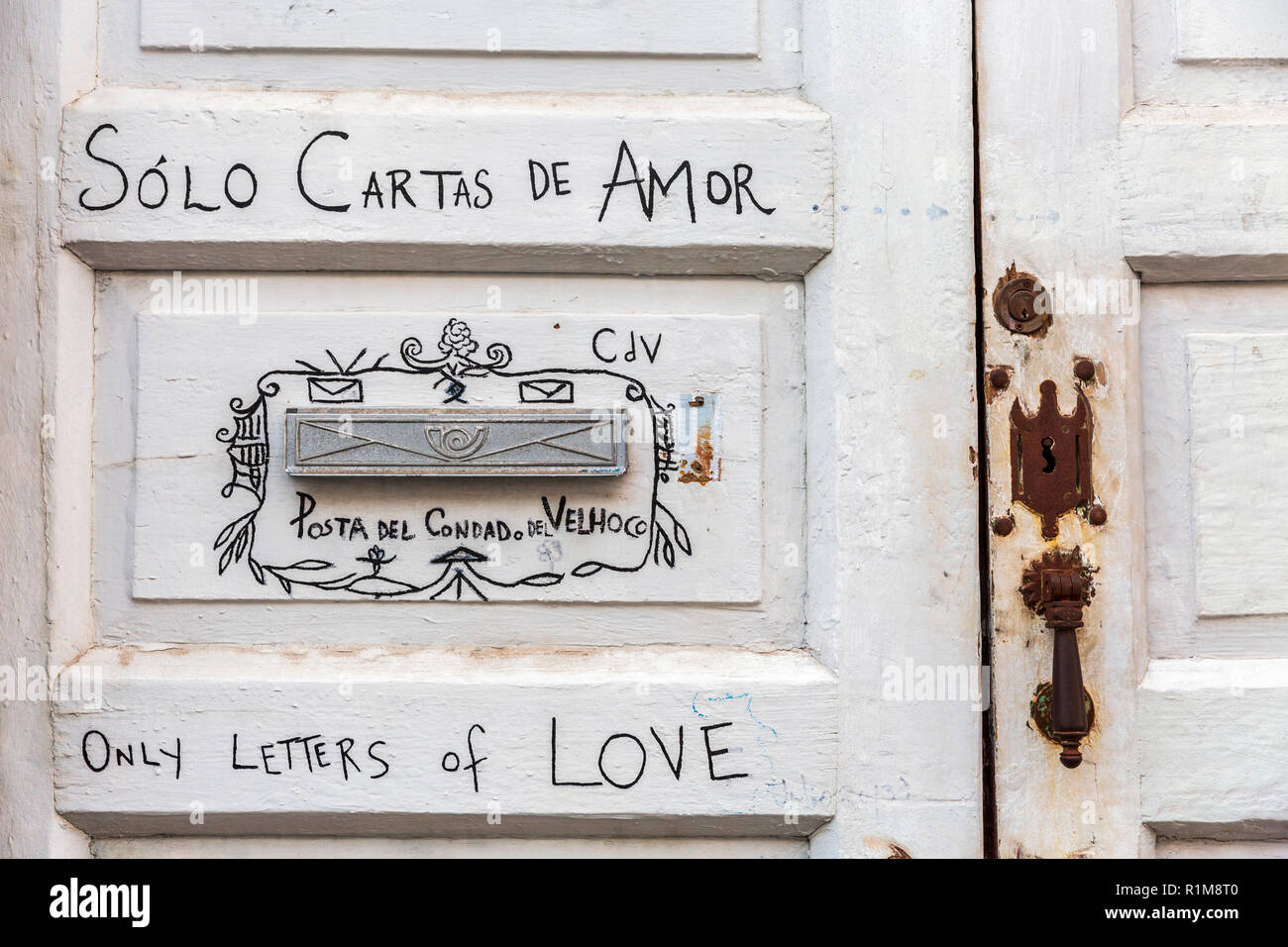 letterbox-detail-on-front-door-with-writing-saying-only-letters-of-love-solo-cartas-de-amor-in-spanish-and-english-languages-in-santa-cruz-de-la-pa-R1M8T0.jpg