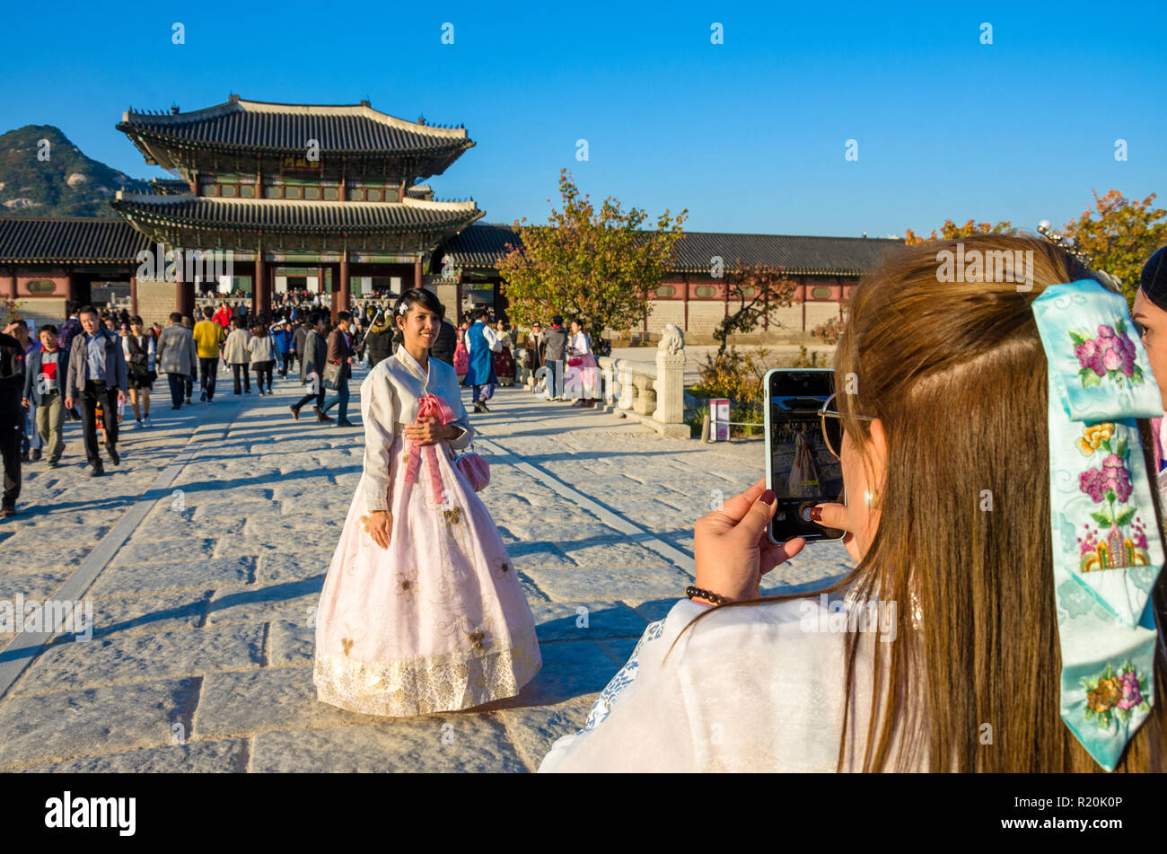 friends-wearing-traditional-korean-dress-the-hanbok-take-photos-in-front-of-the-gyeongbokgung-palace-in-seoul-south-korea-R20K0P.jpg
