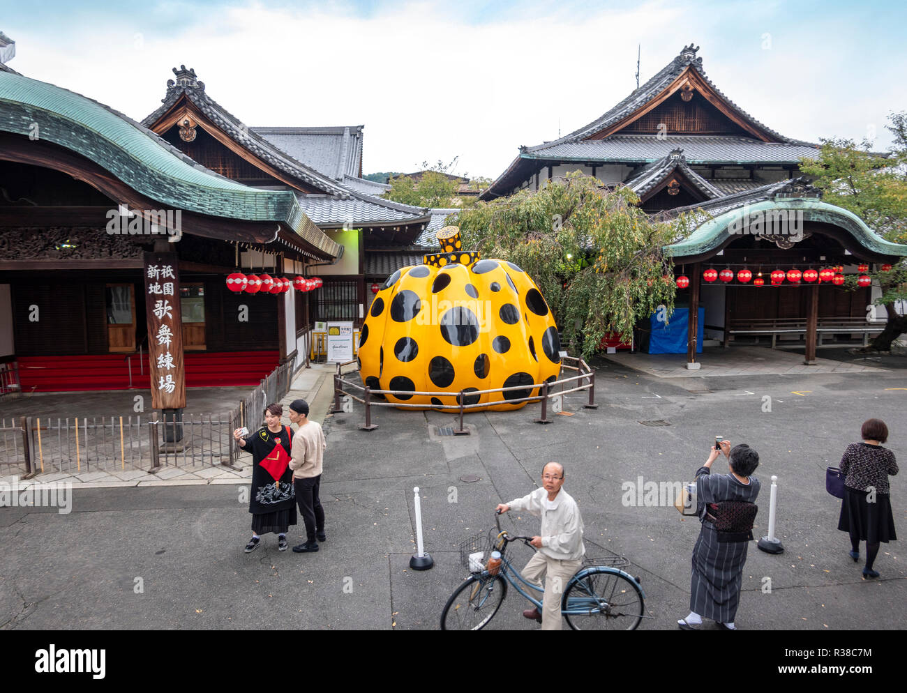 https://c7.alamy.com/comp/R38C7M/pumpkin-by-yayoi-kusama-displayed-at-the-entrance-of-the-forever-museum-of-contemporary-art-fmoca-in-gion-kyoto-R38C7M.jpg
