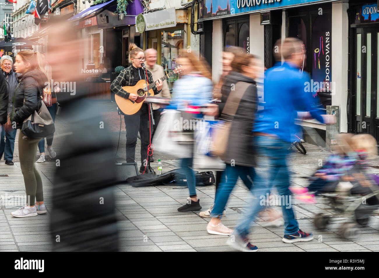 cork-ireland-24th-nov-2018-shoppers-rush-in-different-directions-as-shopping-for-christmas-starts-in-earnest-credit-andy-gibsonalamy-live-news-R3Y5MJ.jpg