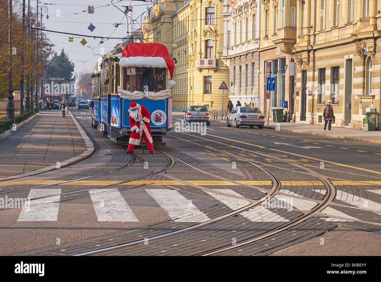 santa-operating-tracks-for-santa-claus-tram-as-part-of-the-advent-market-celebration-in-zagreb-going-through-the-streets-of-the-capital-R6BEYY.jpg