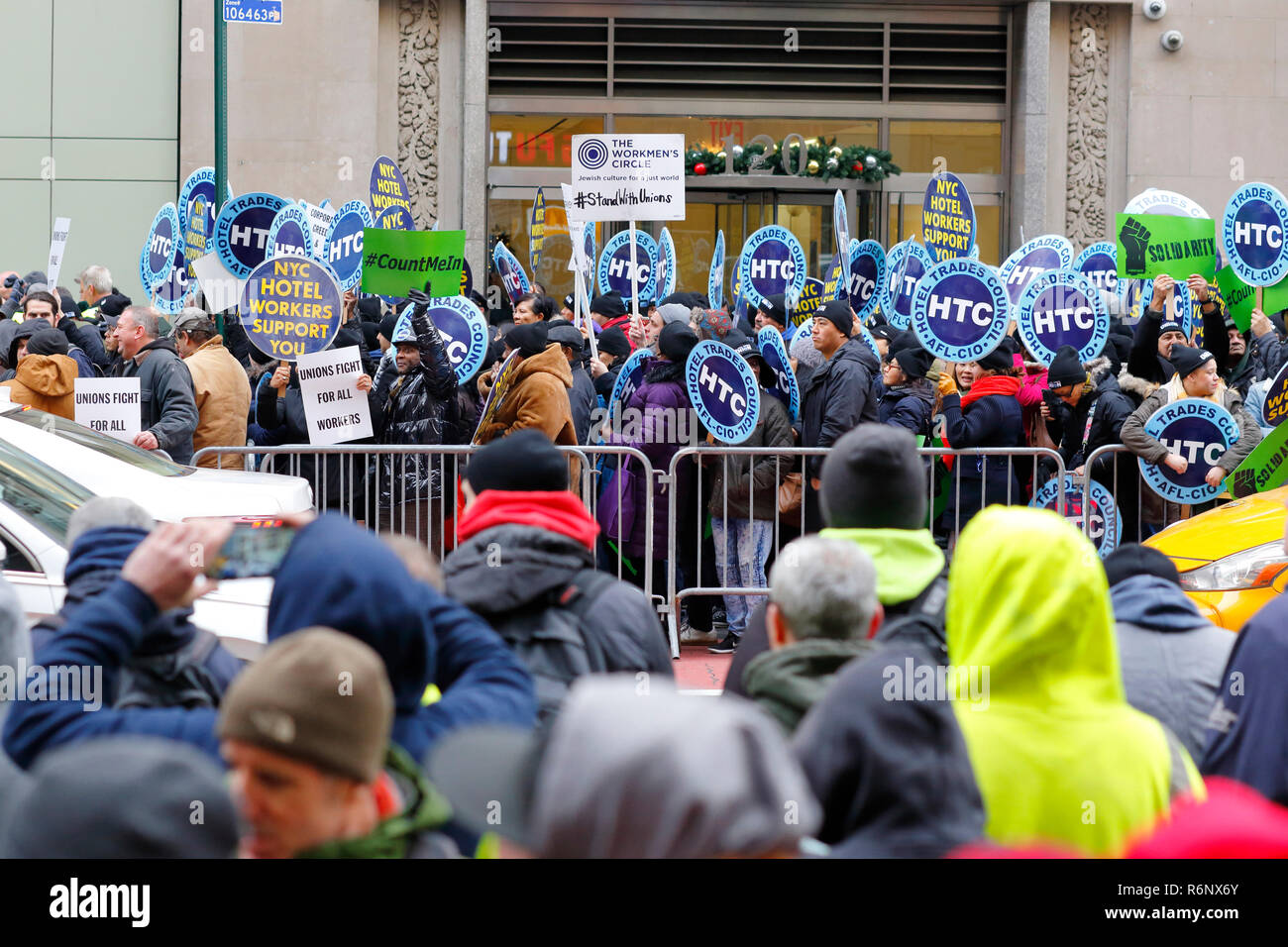 a-union-labor-rallyprotest-outside-charter-spectrum-in-new-york-city-december-5-2018-R6NX6Y.jpg