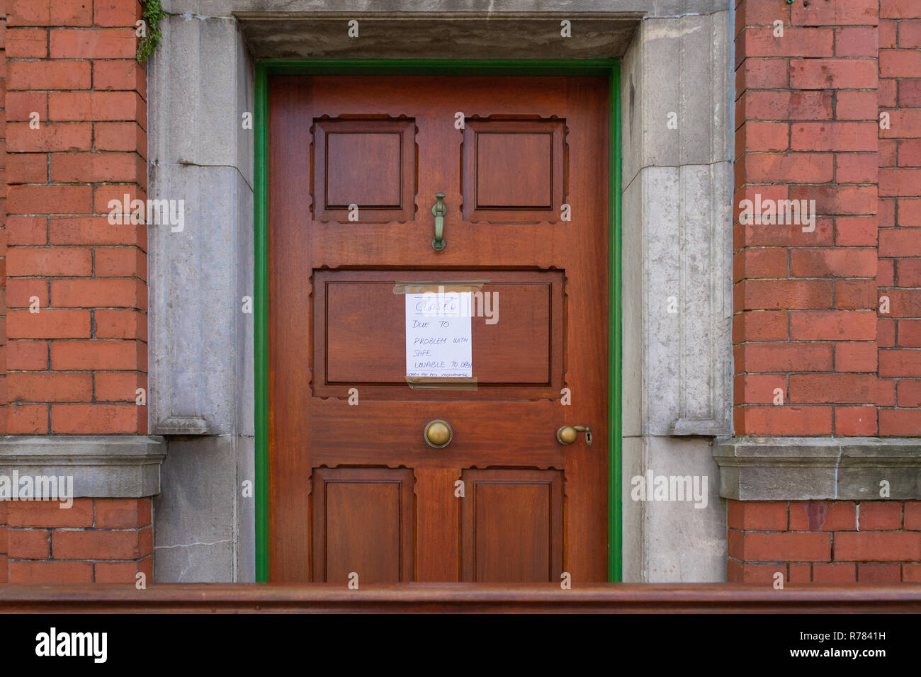 bank-door-with-blue-on-white-closed-sign-due-to-faulty-safe-R7841H.jpg