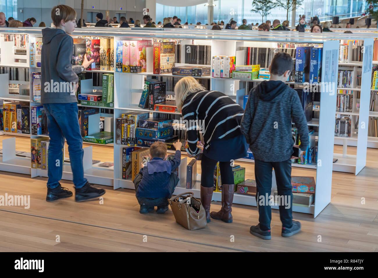 family-at-oodi-central-library-book-shelves-in-helsinki-finland-R84TJY.jpg