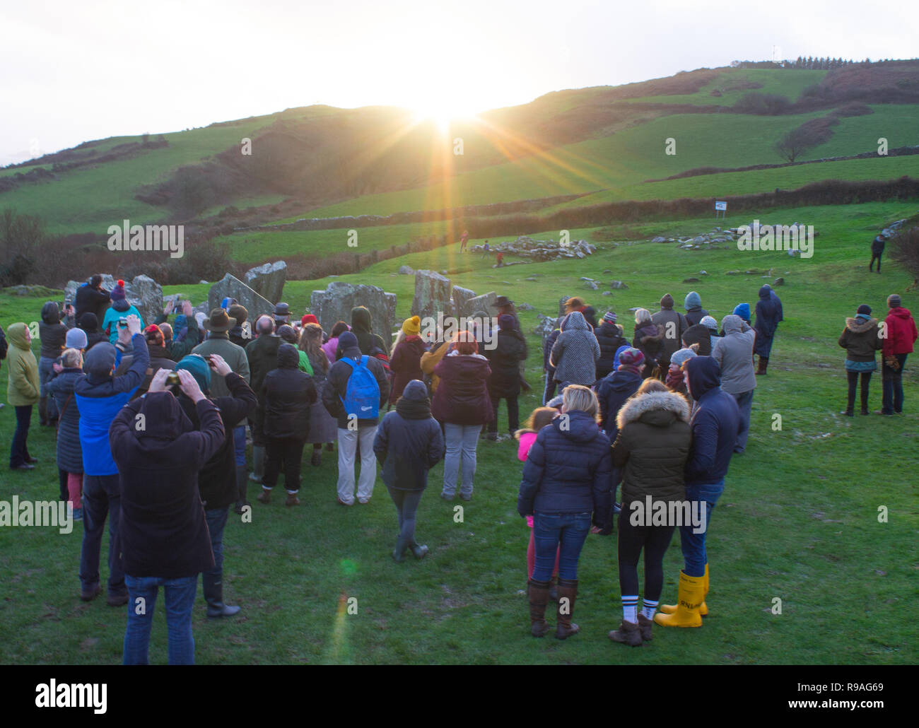 drombeg-stone-circle-glandore-west-cork-ireland-december-21st-2018-large-crowds-gathered-at-drombeg-stone-circle-this-evening-to-celebrate-the-sunset-on-the-midwinter-solstice-most-experts-believe-this-ancient-stone-circle-was-built-to-celebrate-this-shortest-day-of-the-year-credit-aphperspectivealamy-live-news-R9AG69.jpg