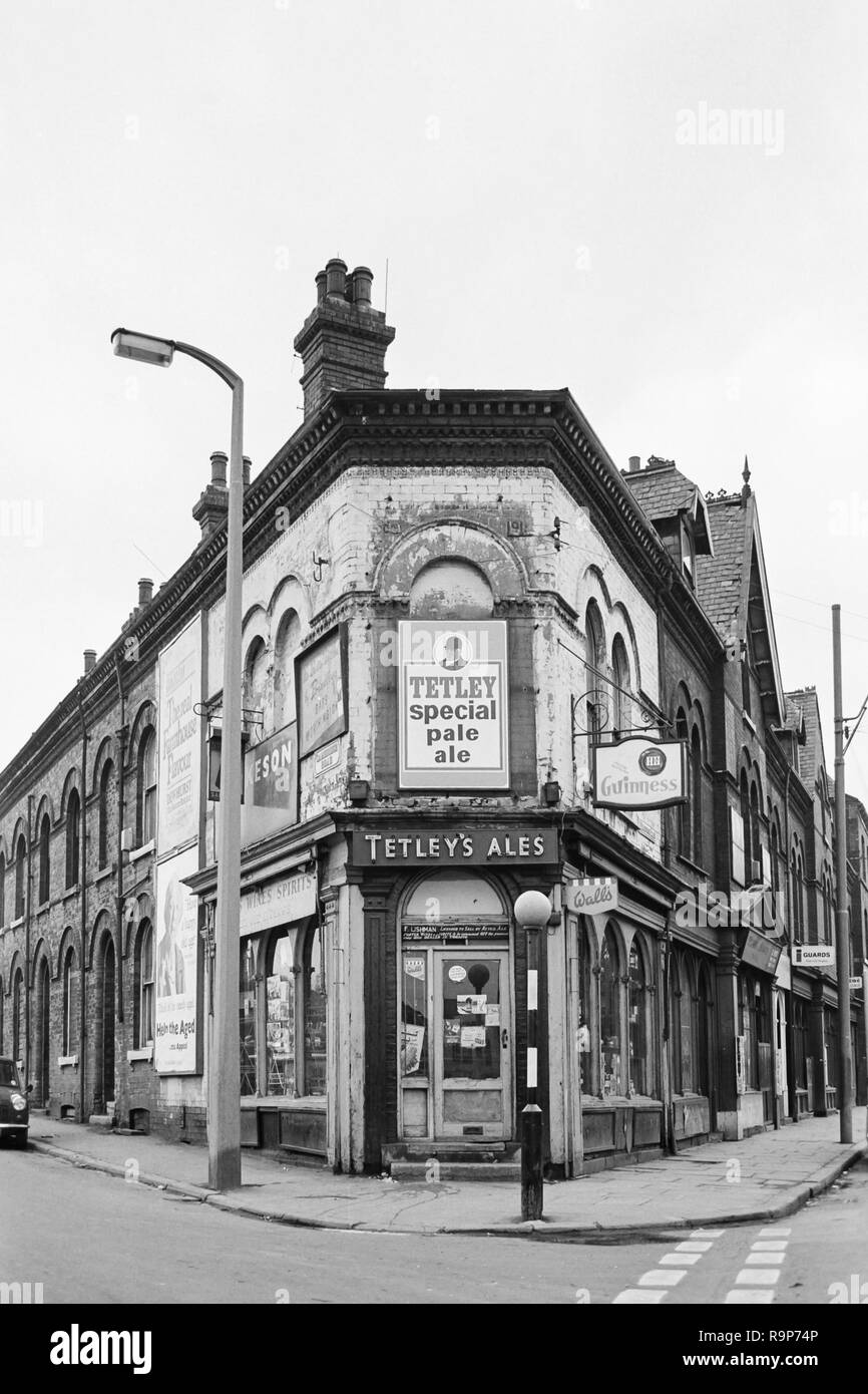 Leeds, West Yorkshire, UK. The Meanwood district in 1974, before redevelopment and regeneration. The off-licence and shop at the junction of Cambridge Road and Meanwood Road Stock Photo