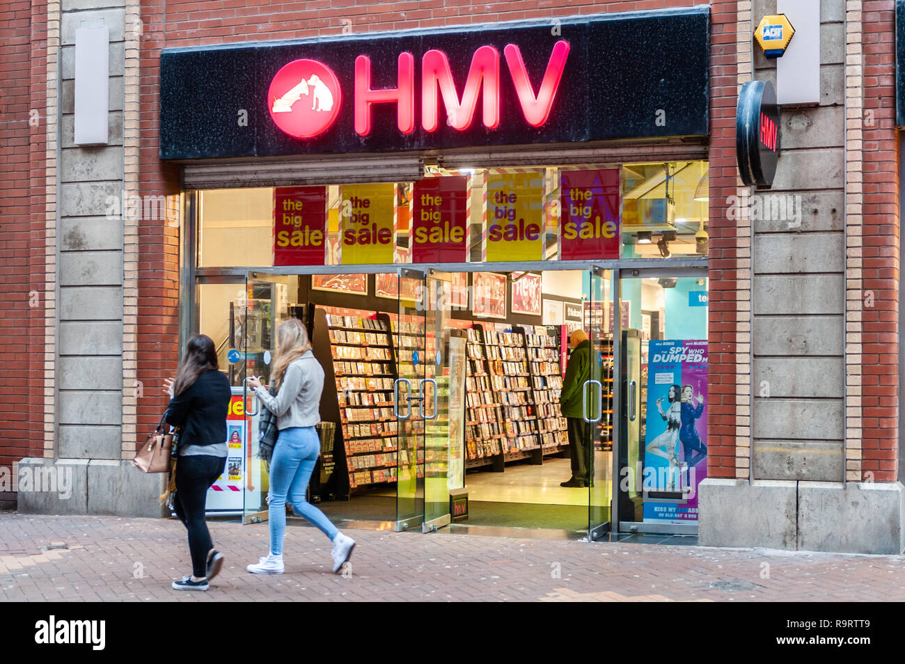 blackpool-uk-28th-dec-2018-shoppers-pass-hmv-in-blackpool-as-the-national-chain-is-facing-administration-this-week-putting-2200-jobs-at-risk-the-chain-which-operates-130-stores-has-fallen-victim-of-online-streaming-services-credit-andy-gibsonalamy-live-news-R9RTT9.jpg