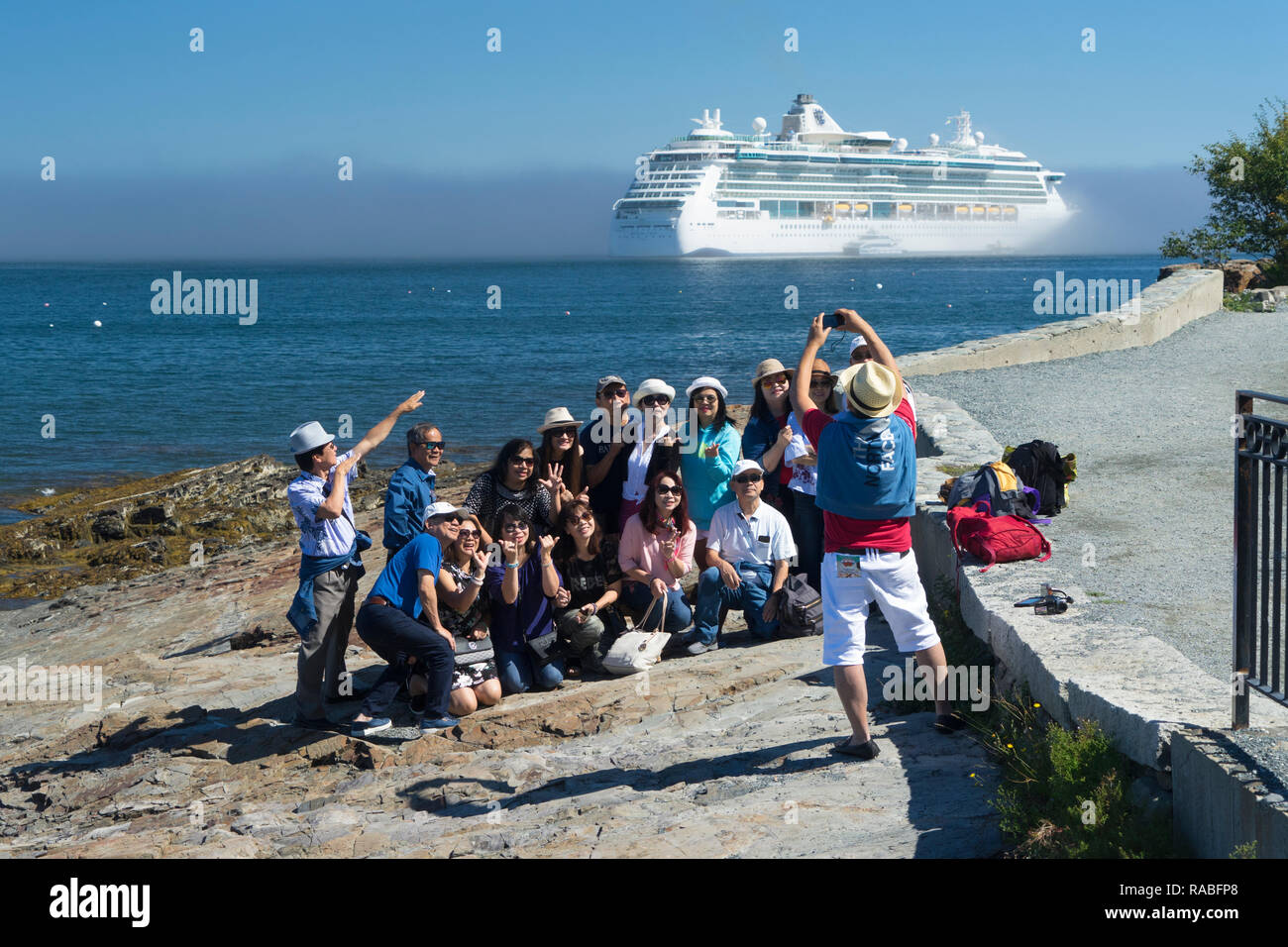 https://c7.alamy.com/comp/RABFP8/asian-tourists-taking-a-group-picture-with-a-cruise-ship-in-the-background-bar-harbor-maine-usa-RABFP8.jpg