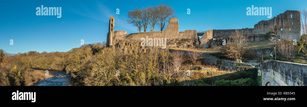 panoramic-view-of-the-grade-1-listed-remains-of-the-12th-century-barnard-castle-in-the-town-of-barnard-castle-teesdale-county-durham-uk-RB5545.jpg