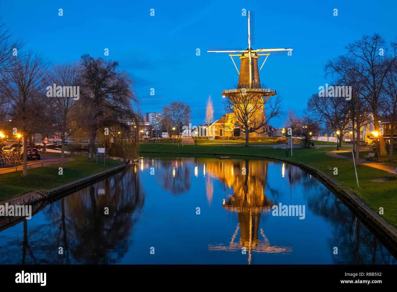 https://c7.alamy.com/comp/RBB5X2/leiden-municipal-windmill-museum-molen-de-valk-is-a-tower-mill-and-museum-in-leiden-netherlands-RBB5X2.jpg