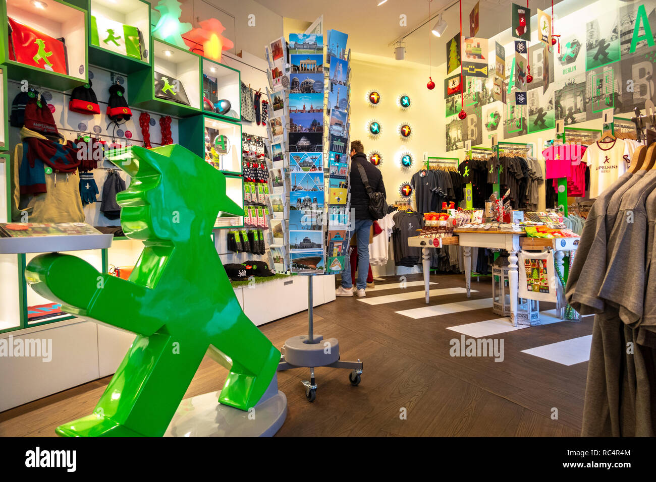 https://c7.alamy.com/comp/RC4R4M/the-first-and-original-ampelmnnchen-ampelmann-galerie-shop-in-the-hackesche-hfe-hackescher-markt-shopping-courtyards-berlin-germany-RC4R4M.jpg