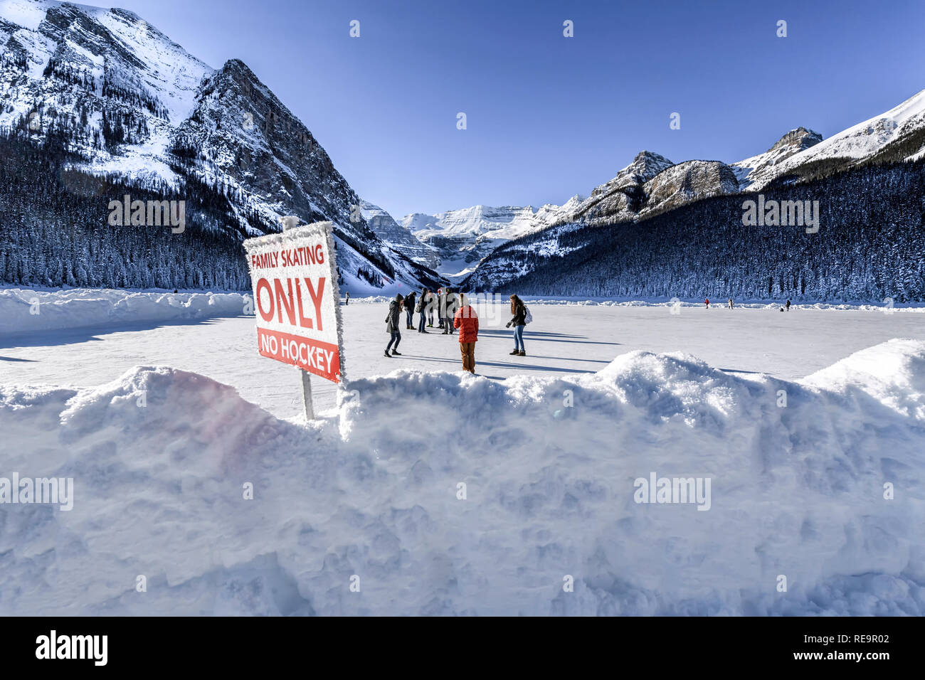 winter-ice-skating-at-lake-louise-banff-alberta-canada-RE9R02.jpg