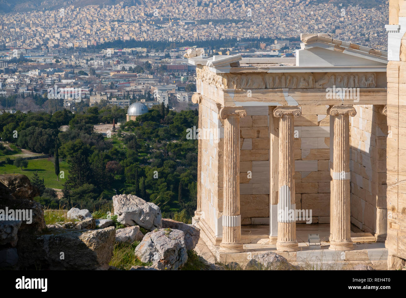 europe-greece-athens-athena-acropolis-part-of-the-propylaea-propylea-or-propylaia-gate-of-the-acropolis-REH4T0.jpg