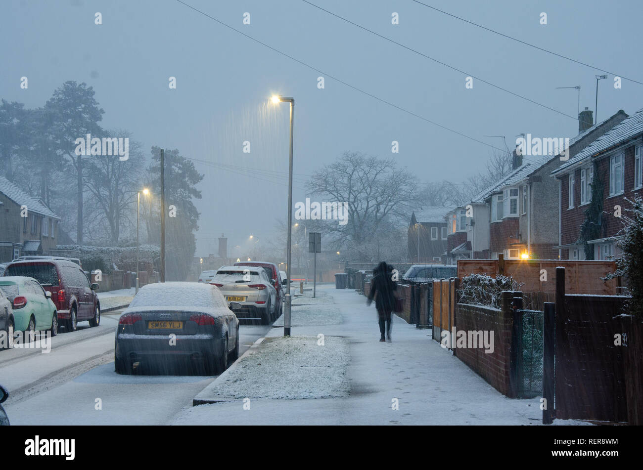 reading-uk-22nd-jan-2019-uk-weather-the-ground-is-covered-with-snow-in-the-early-evening-in-reading-uk-matthew-ashmorealamy-live-news-RER8WM.jpg