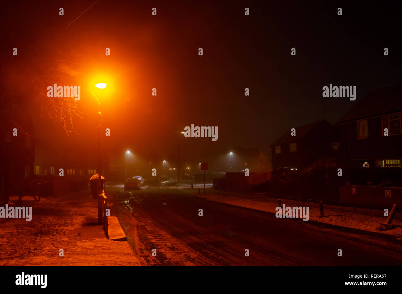reading-uk-22nd-jan-2019-uk-weather-the-ground-is-covered-with-snow-following-snow-showers-in-the-late-afternoon-in-reading-uk-matthew-ashmorealamy-live-news-RERA67.jpg