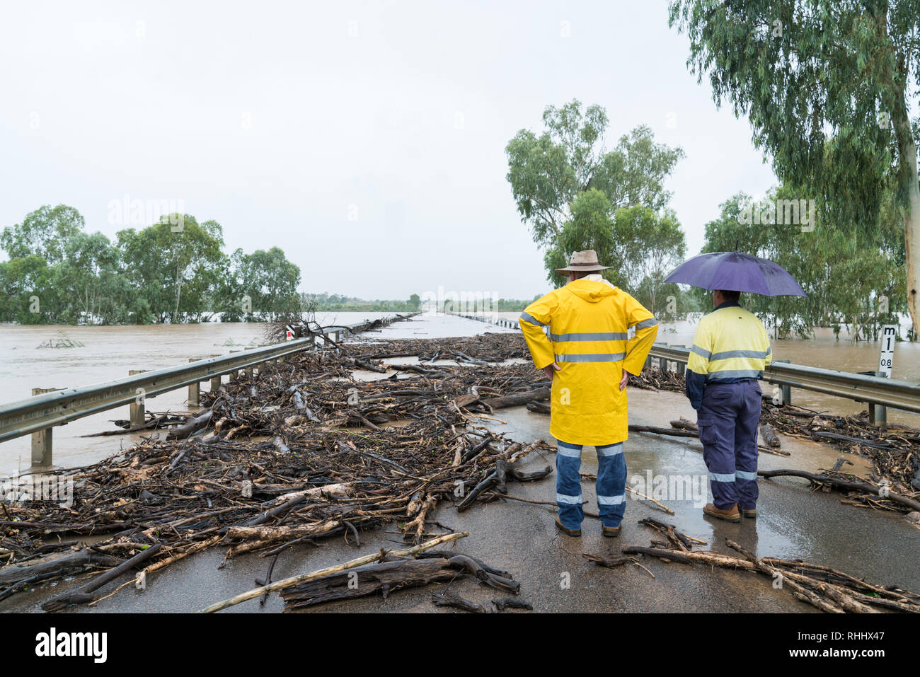 burdekin-river-macrossan-north-queensland-australia-february-3-2019-workers-wait-for-flood-water-to-recede-before-they-can-clear-the-road-to-let-traffic-through-burdekin-bridge-macrossan-north-queensland-RHHX47.jpg