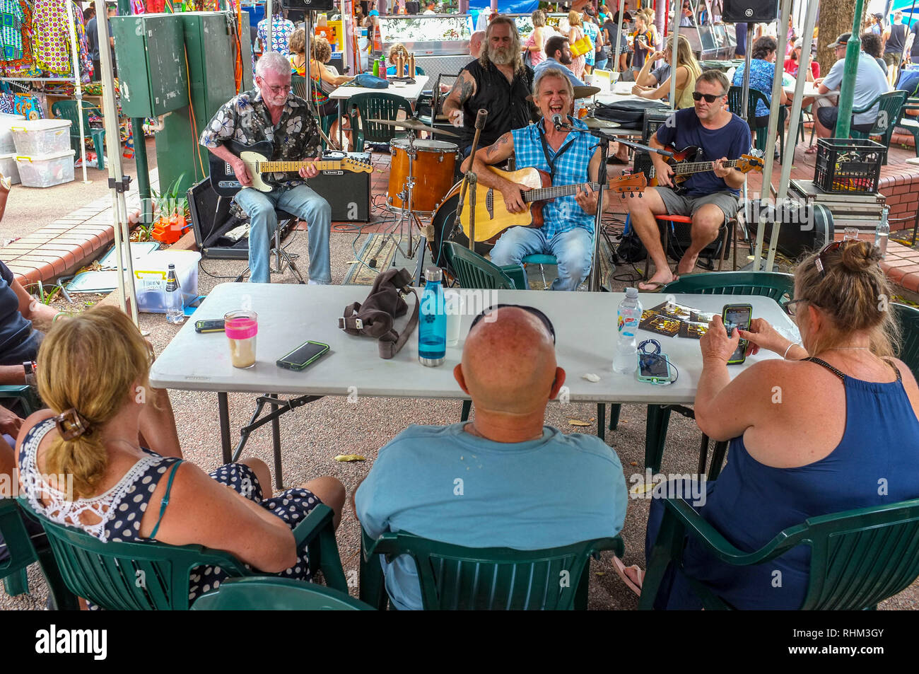 people-listen-to-a-band-playing-live-music-at-the-nightcliff-market-in-darwin-australia-RHM3GY.jpg