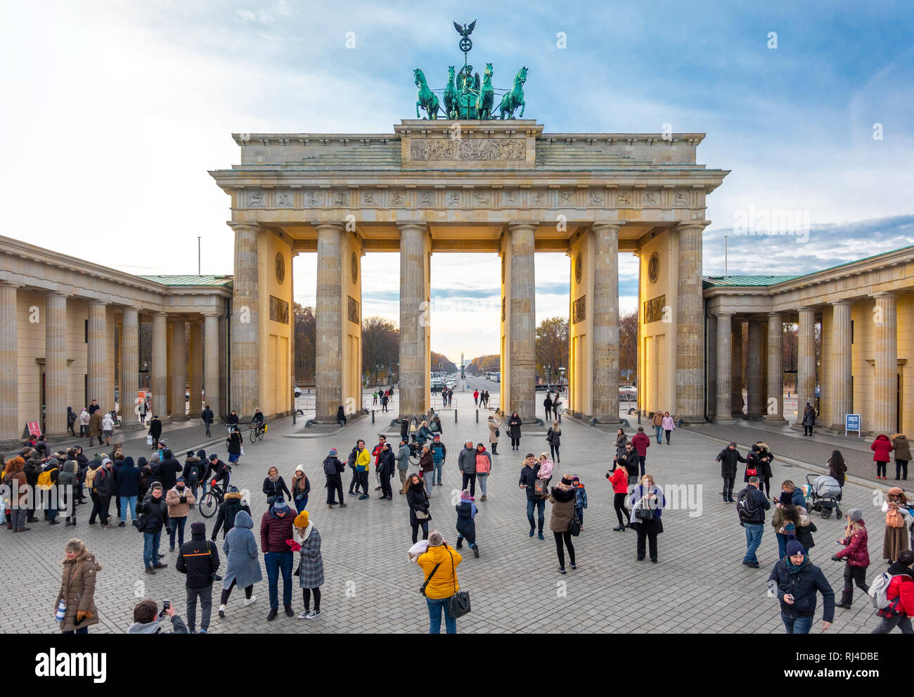 https://c7.alamy.com/comp/RJ4DBE/berlin-brandenburg-gate-berlin-brandenburger-tor-RJ4DBE.jpg