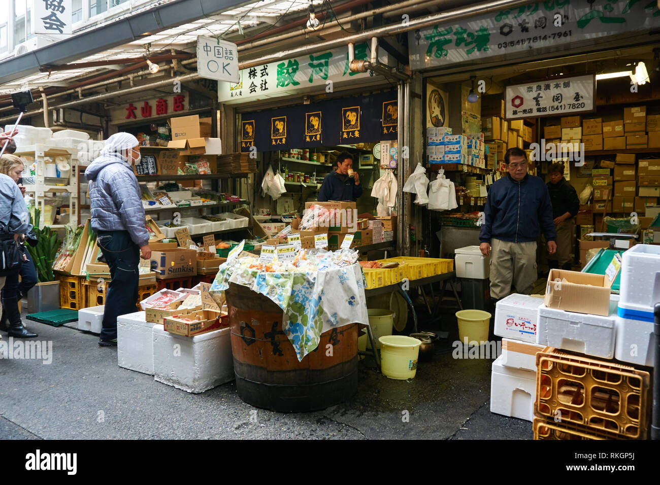 merchants-and-customers-stand-in-shops-tsukiji-fish-markets-outer-market-before-it-shut-down-and-moved-to-toyosu-in-tokyo-japan-RKGP5J.jpg