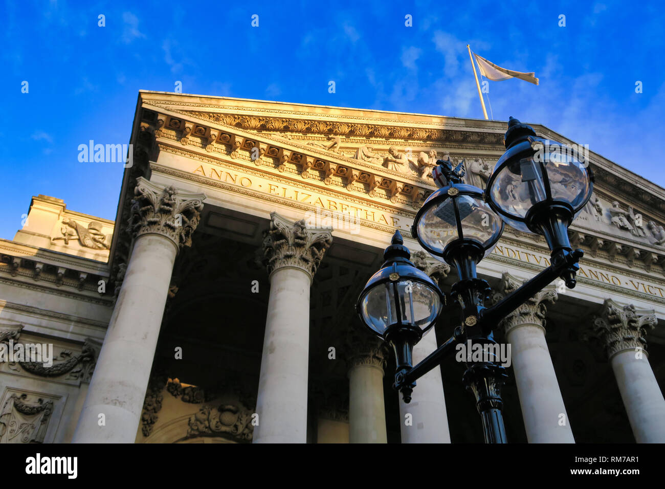 the-royal-exchange-in-city-of-london-london-england-uk-RM7AR1.jpg