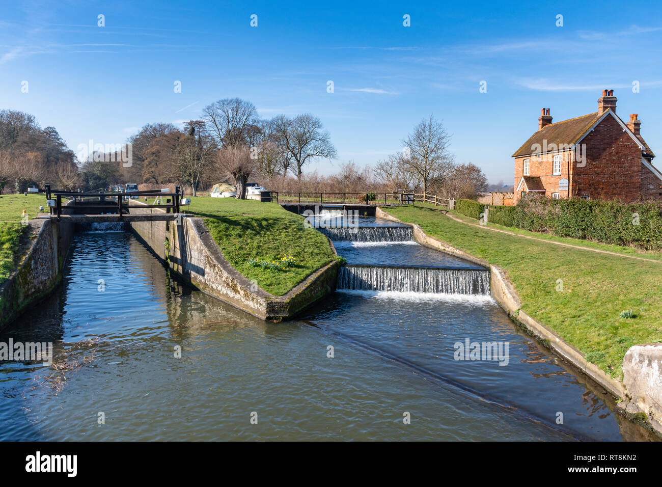 papercourt-lock-and-lock-keepers-cottage-on-the-picturesque-river-wey-navigation-in-surrey-uk-on-a-sunny-day-RT8KN2.jpg